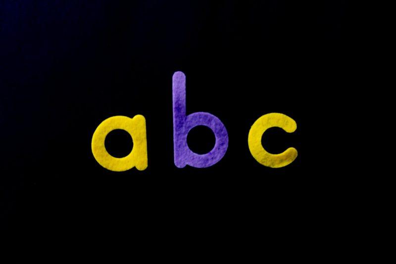 Mengenal abjad bahasa Inggris, cara membacanya lengkap dengan gambar.