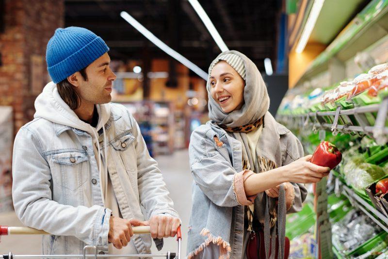 Cara tawar menawar dalam bahasa Inggris atau shopping for bargain.